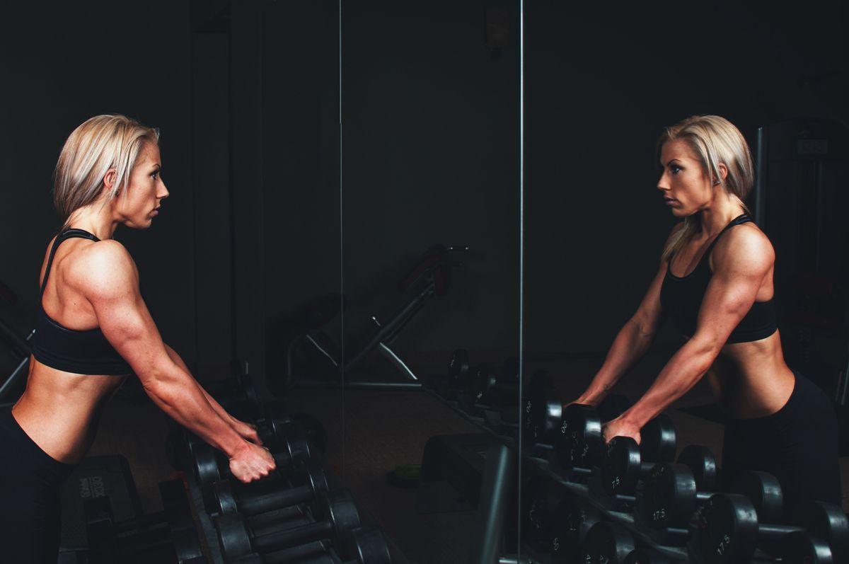 ejercicio-con-pesas-te-pone-el-cuerpo-de-hombre