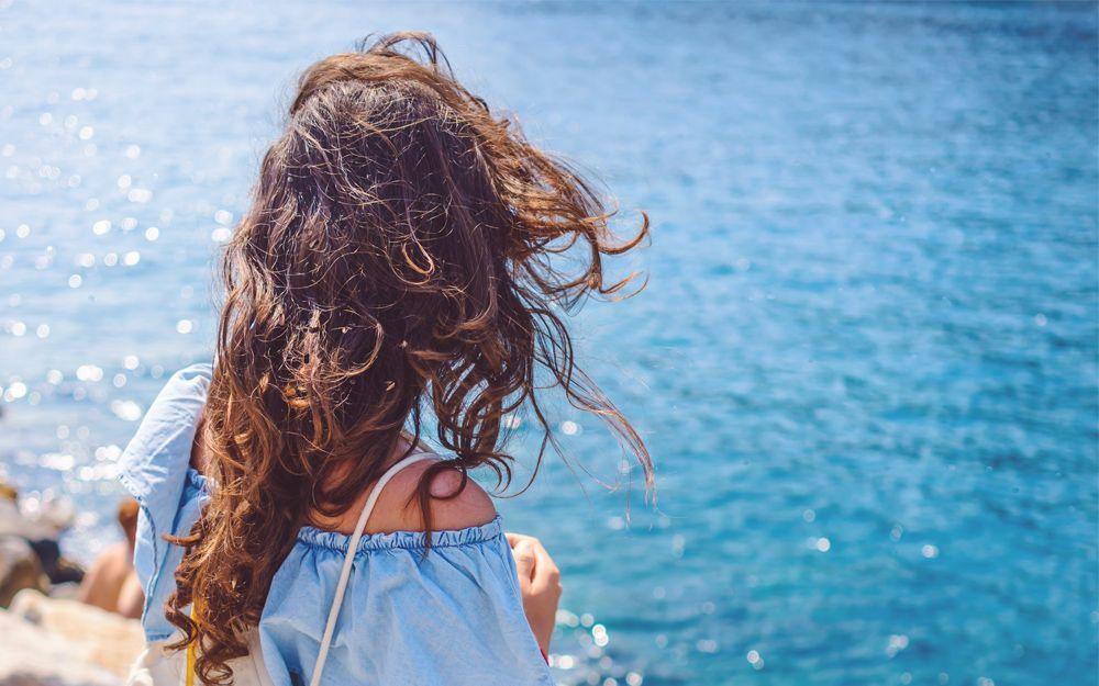 evita-frizz-cabello-mascarillas-caseras-anti-frizz-belleza-2017